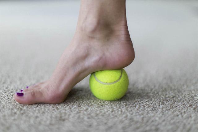 kaki menginjak bola tenis